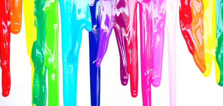 Image de présentation de l'EMAC, peintures qui dégoulinent sur un fond blanc